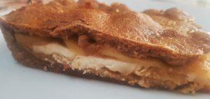 Empanada de queso de cabra, cebolla con curry y manzana